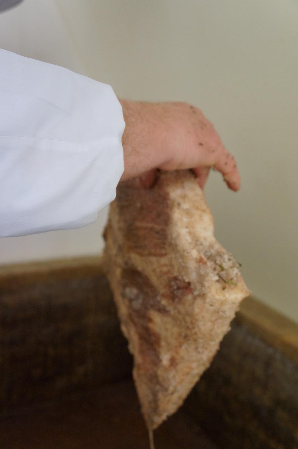 El lardo es la espalda del cerdo de Mantova (D.O.), distinto a la panceta (panza). Es grasa blanca, con solo una línea de carne.