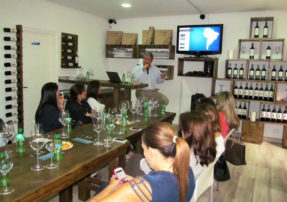 La charla del gerente de la bodega transcurrió en términos muy sencillos, en su política de acercar a los consumidores al vino, sin usar términos rebuscados.