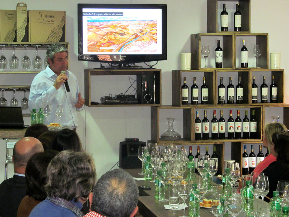 José Miguel Viu explicó, entre otras cosas, las características de los lugares en los cuales están los viñedos de la bodega, cuya sede central se ubica en el valle de Colchagua.