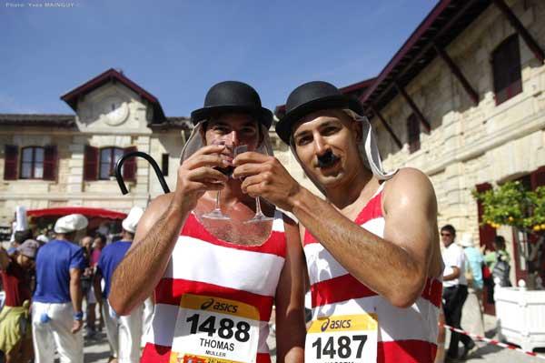 Foto: www.marathondumedoc.com.  Disfraces y vino, fiesta, es lo que se ve en esta carrera francesa.