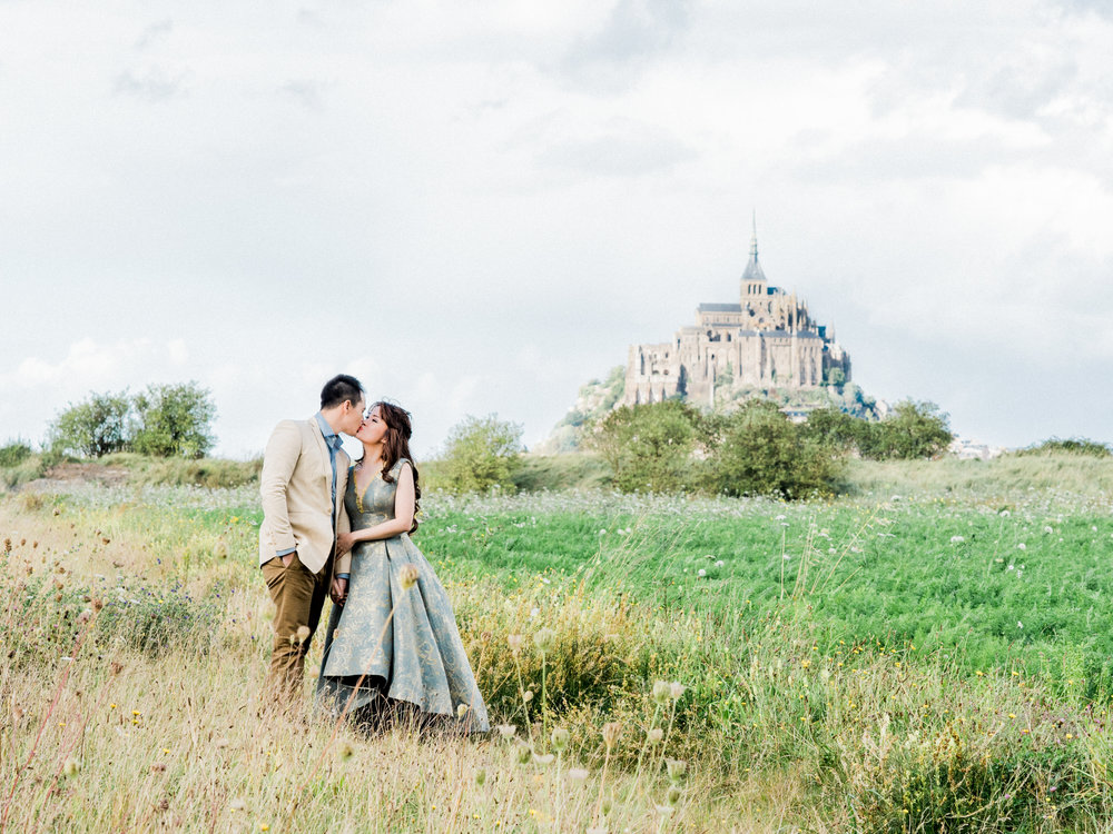 Destination engagement _ engagement in france _ mont saint-michel _ engagement photographer _ france wedding photographer _ 01.jpg