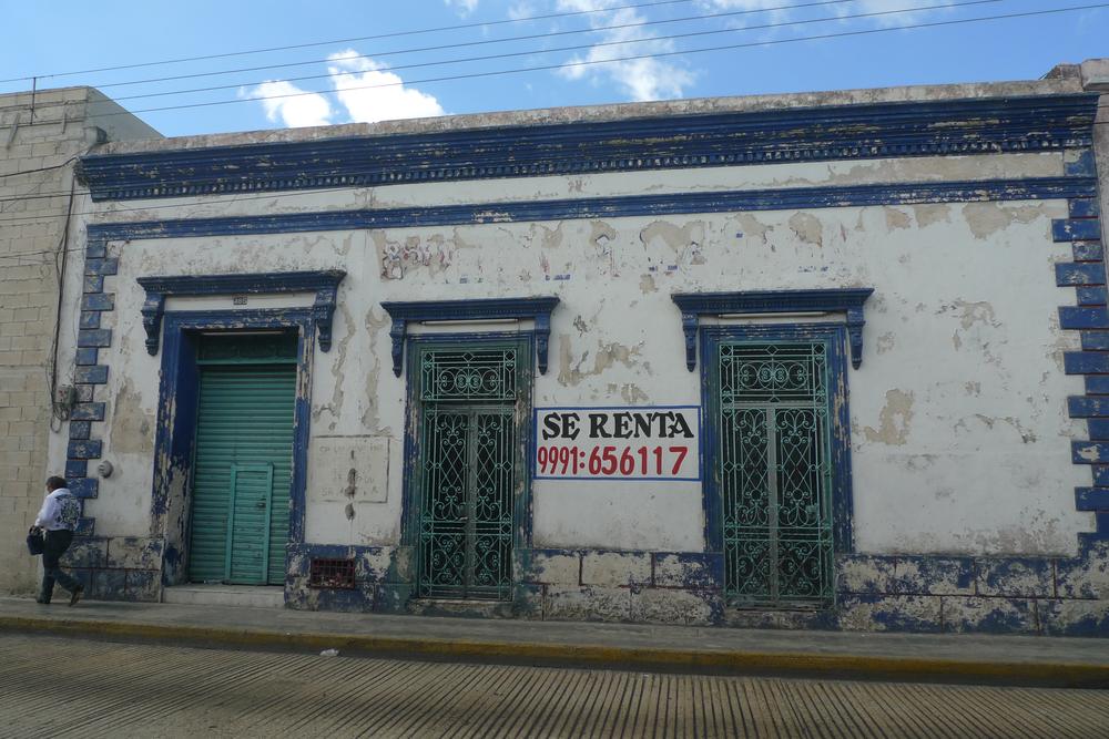 blue and white facade se renta.jpg
