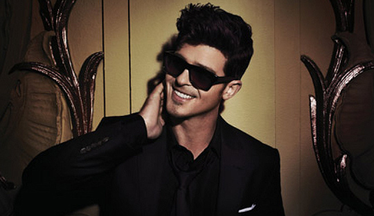 Robin Thicke looking extremely hot with sunglasses on and his smile is out of control.jpg