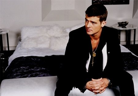 Robin Thicke looking extremely hot on the bed.jpg