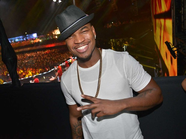 NE-YO smiling with a fedora on and looking hot.jpg