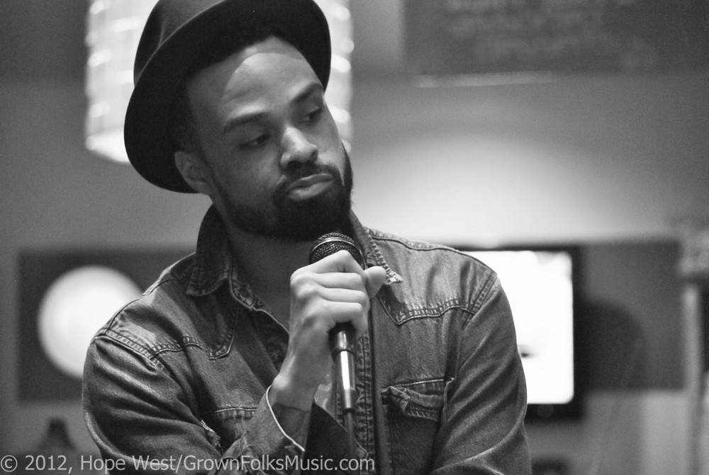 Bilal looking really hot in a fedora while holding the microphone.jpg