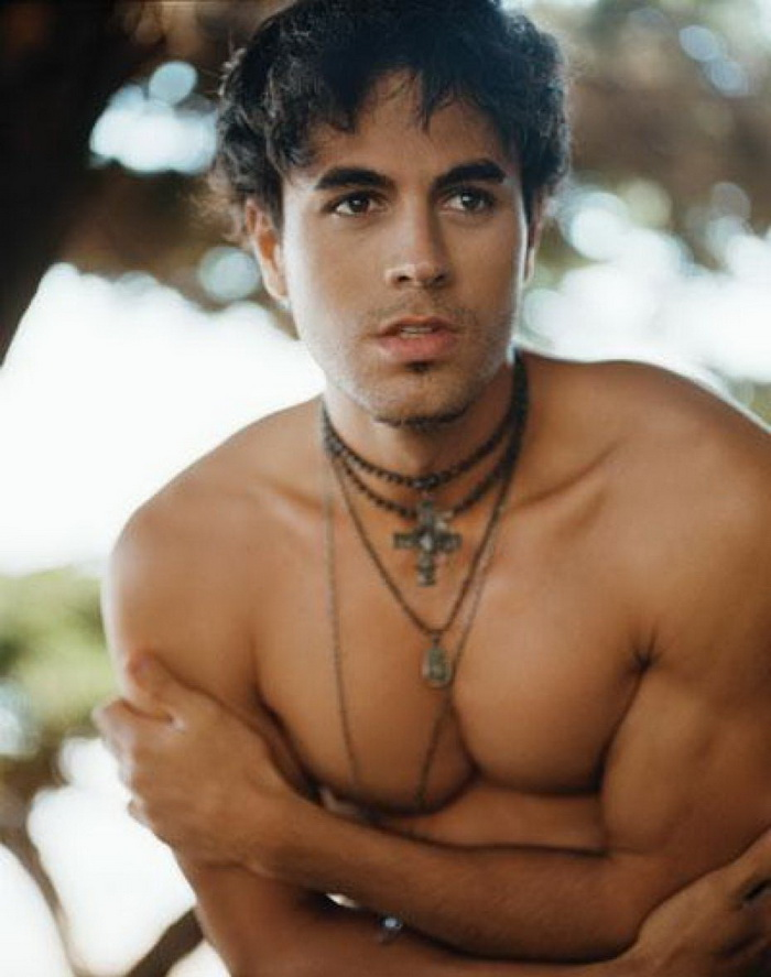 Enrique Iglesias looking gorgeous with no shirt on.jpg