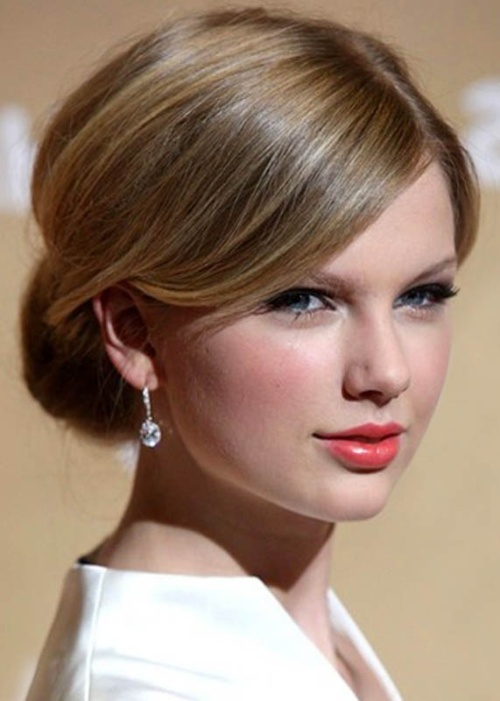 Taylor Swift looking like absolute shit and squinting her eyes because she is not real.jpg