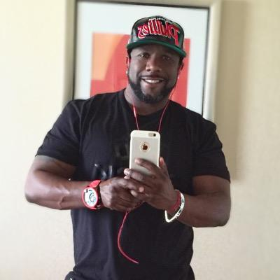 Wanya Morris taking a hot mirror selfie.jpg
