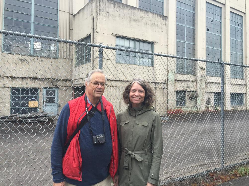 Kaarin Knudson takes AIA SWO Design Excellence speaker, Fred Kent, on a walking tour of Eugene (photo by Terri Harding)