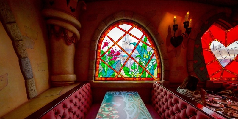 queen-of-hearts-banquet-hall-tokyo-disneyland-stained-glass-400x267@2x.jpg