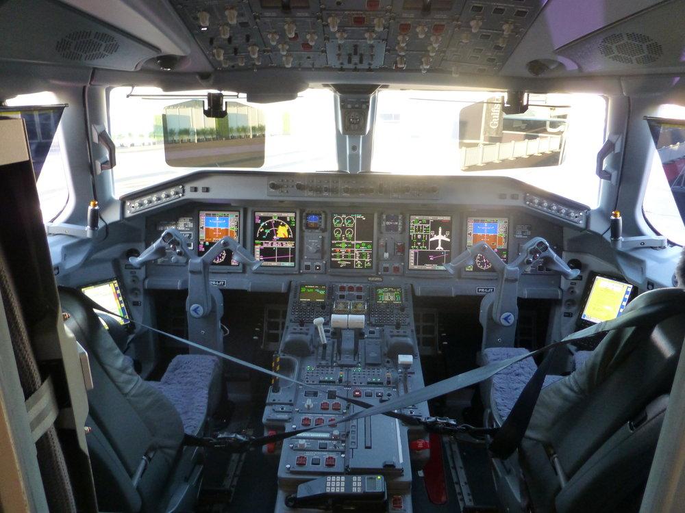 Cockpit Phenom 300