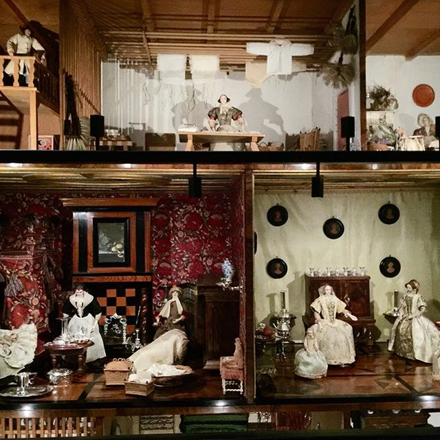 Peeping into an exquisite # dollshouse from the 1600's #dutchgoldenage