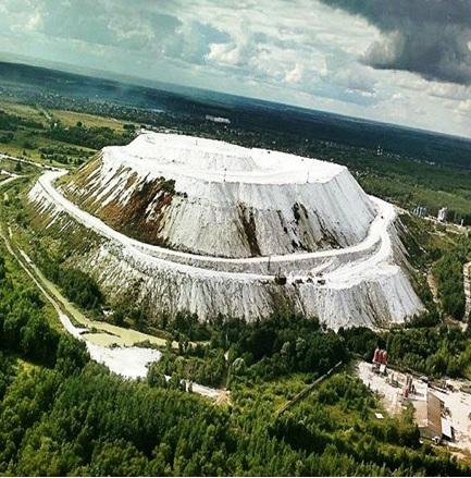 Ежегодно ОАО «ВМУ» сбрасывает в отвалы более 1 млн. тонн фосфогипса. Отвалы фосфогипса ОАО «ВМУ» высотой около 80 метров занимают площадь около 100 га