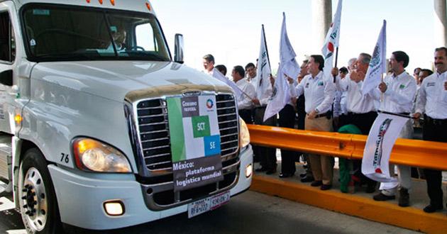 El primer camión mexicano cruzó la frontera con Estados Unidos por el Puente Mundial de Comercio III para prestar servicios de transporte de carga internacional, conforme a lo dispuesto en el nuevo Programa de Autotransporte Transfronterizo