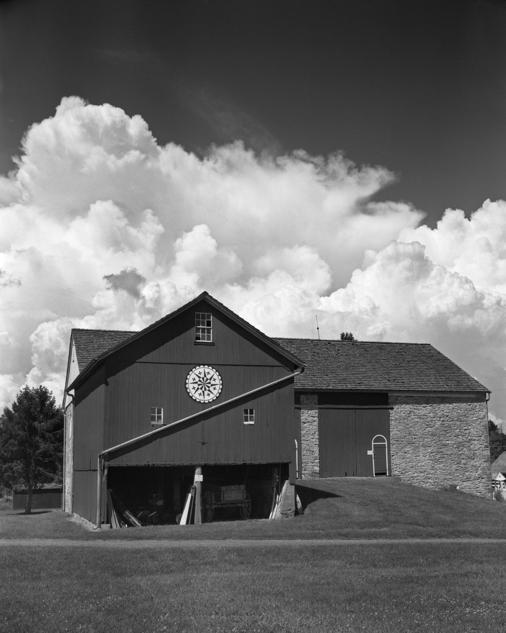 2018-09-03_PA_German_Heritage_Center_Intrepid_4x5_120mm_Symmar_HP5_400_at_400_pyrocat_hd_1_1_100_barn_and_clouds_004.jpg