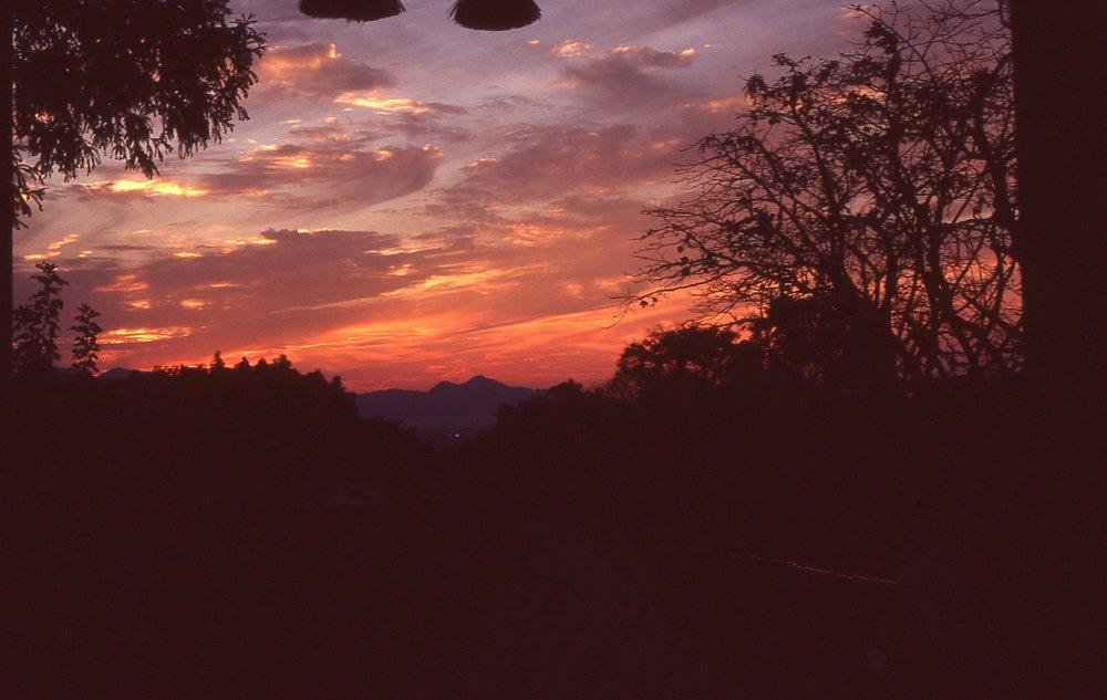 「檜原神社より二上山を望む」