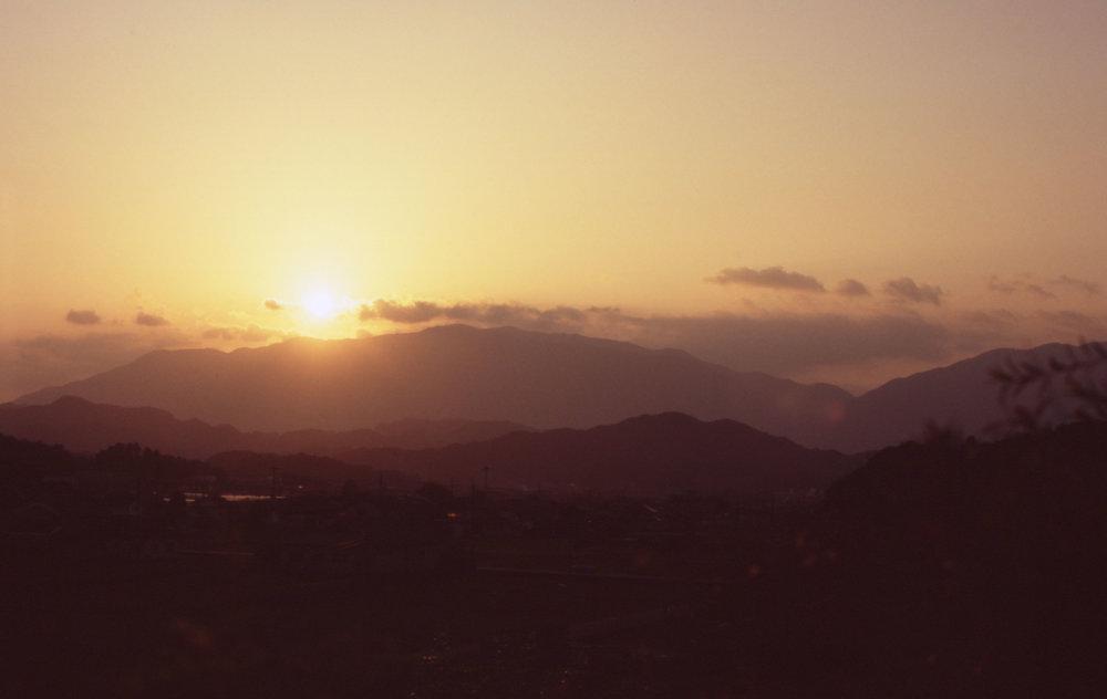 「高取より葛城山を望む」