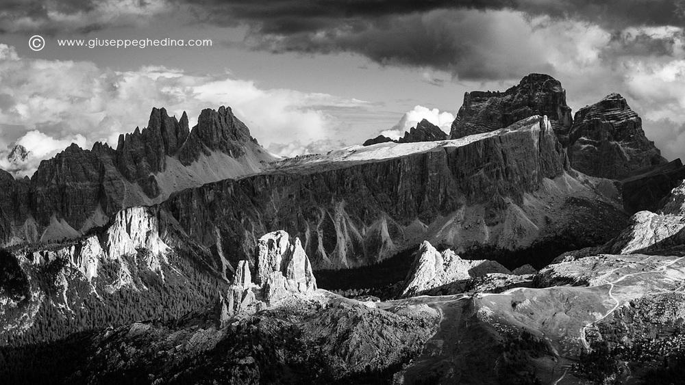 Dolomiti: panorama verso le Cinque Torri, Lastoi de Formin, Croda da Lago e Pelmo.