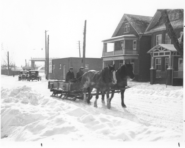 Horse drawn sleigh on Lock Street near Lansdowne. Note the former Lock Street entrance to Morrow Park, which is now the site of the Peterborough Memorial Centre. [Trent Valley Archives, Electric City Collection]