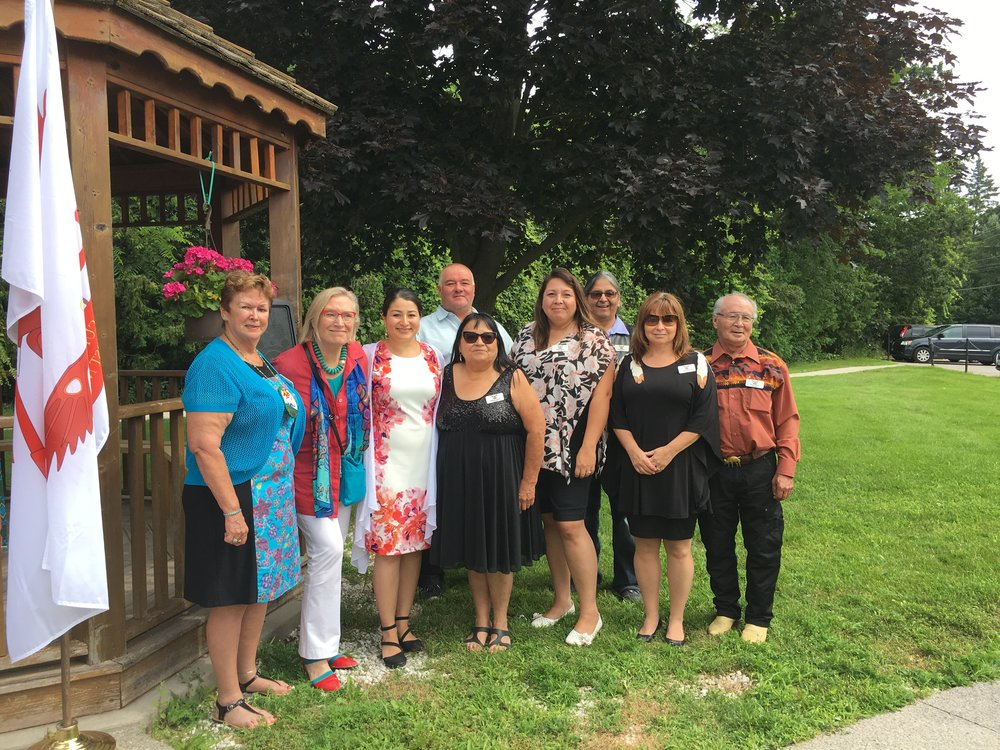 Left to right: Chief Phyllis Williams, Minister Carolyn Bennett, MP Maryam Monsef, and Members of Curve Lake Council and staff.