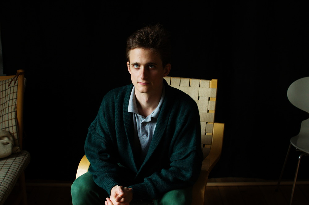 Digteren Martin Snoer Raaschou på stol. Tryk for høj opløsning.
