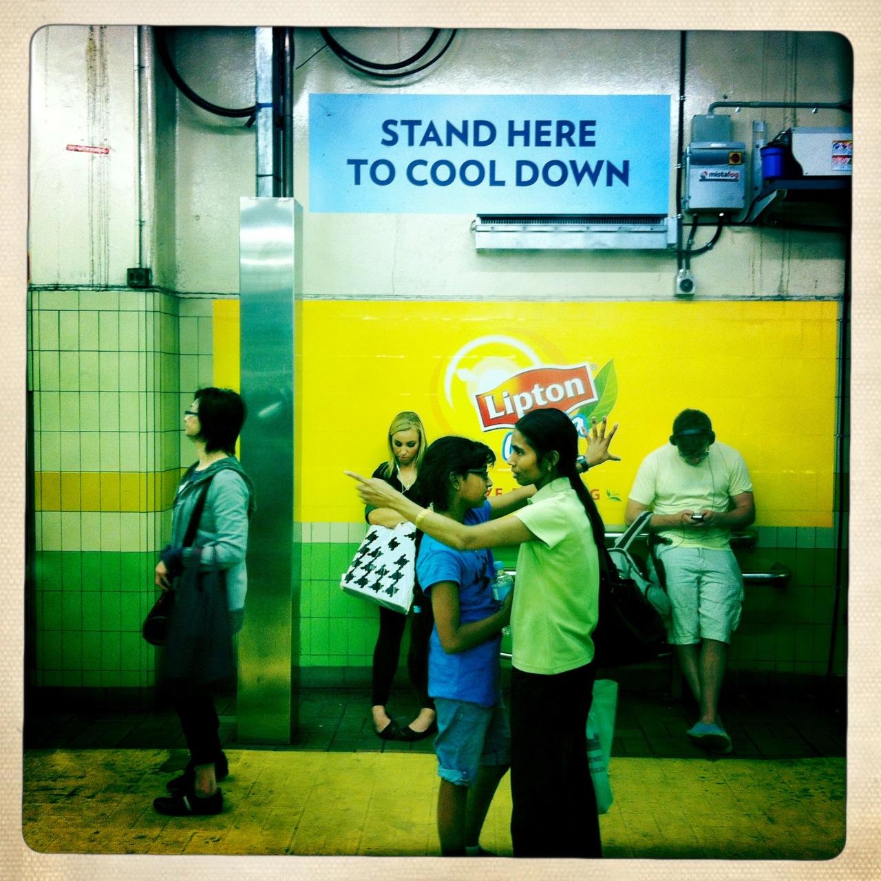 """Town Hall Station. """"Stand here to cool down"""", un brumisateur dans une station de métro, c'est quand même pas mal, chapeau!"""
