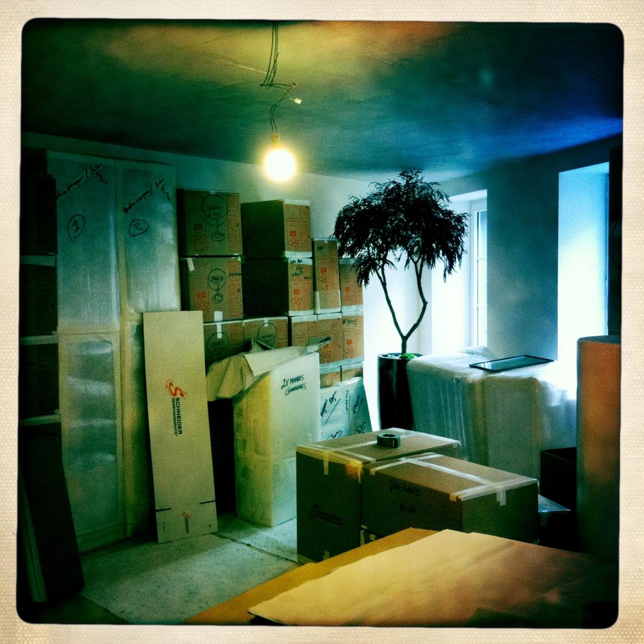 Goodbye Vevey flat… goodbye arbre mort! Non, on est pas partis avec l'abat-jour, c'est juste qu'on aura même pas eu le temps d'en mettre ;-)