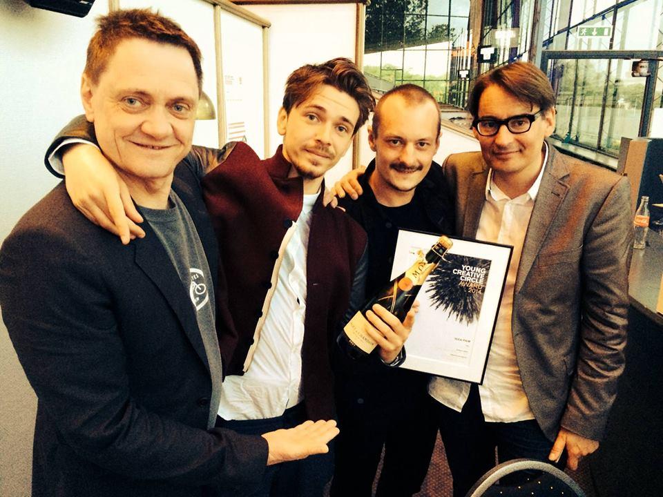 Se selv, hvor dygtig man bliver af at gå på Reklamelinjen. Asbjørn Severin og Theis Ferrall vandt en pris i YCCA '14 og skal derfor til Cannes om lidt. De to kompetente herrer yderst til hver side er Kaare Grundtvig og Per Holm, som er de gode bagmænd bag Reklamelinjen.
