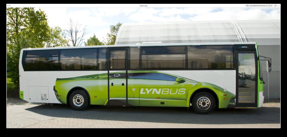 Fynbo-humor. Normalt hedder det Fynbus (med nøjagtigt samme font som på billedet), men bussen på billedet var en ekstra hurtig bus, der gik til Universitetet i Odense og havde færre stop end ellers. Derfor Lynbus.Copyright: Nørgård Mikkelsen