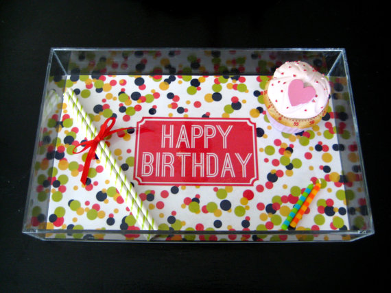 This would be perfect for serving birthday party cupcakes or displaying gift favors, too !