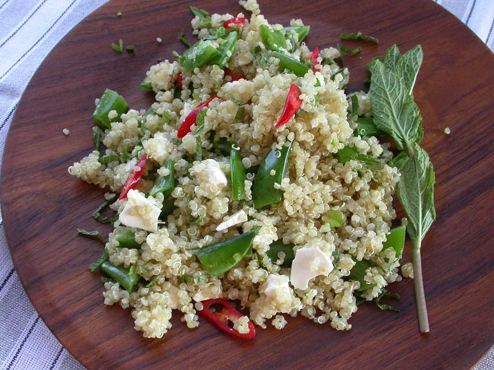 Quinoasalat med sugar snaps og chili