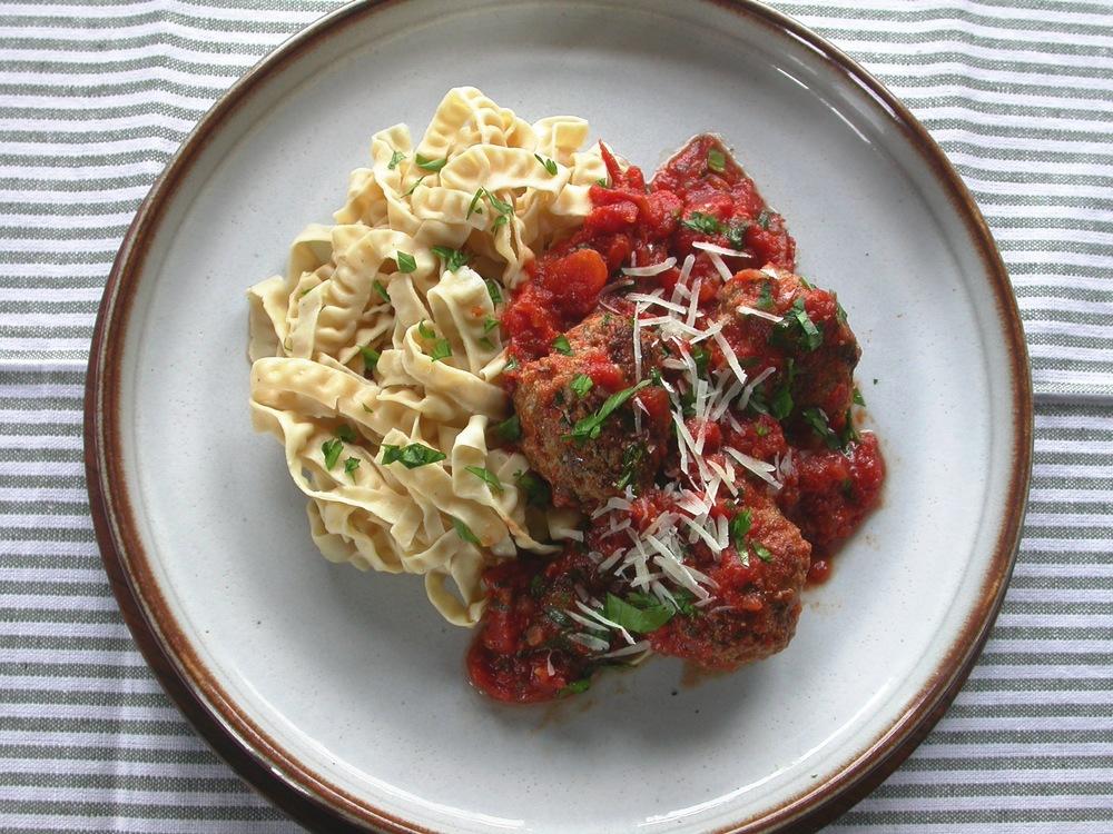 Sojabønne fettuccine pasta med kødboller og tomatsovs