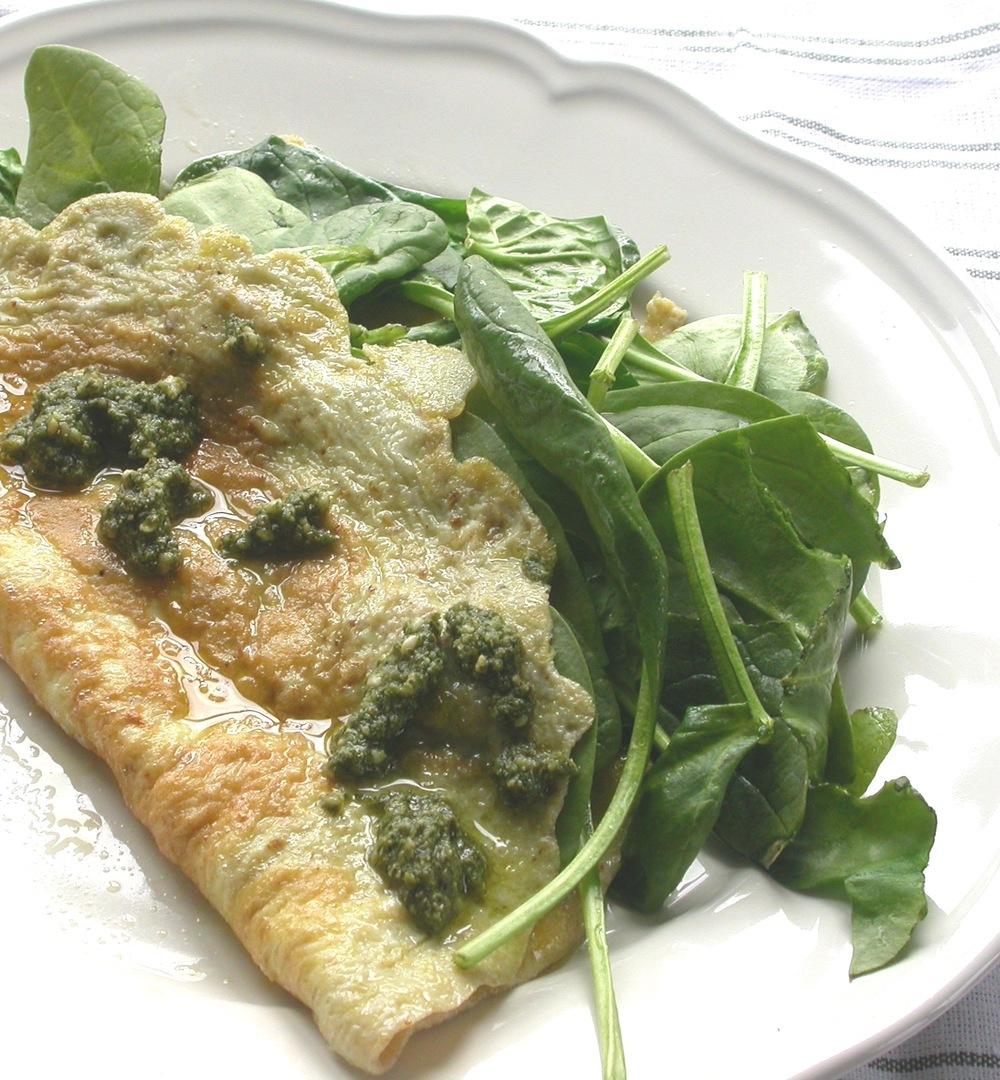 Omelet med spinat og pesto