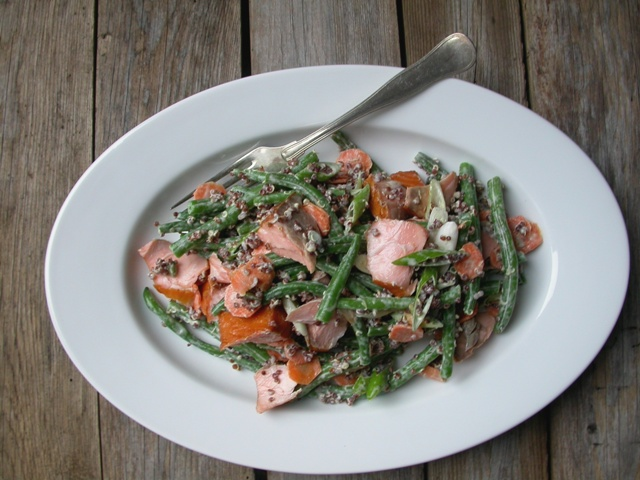 Salat med quinoa, bønner og laks