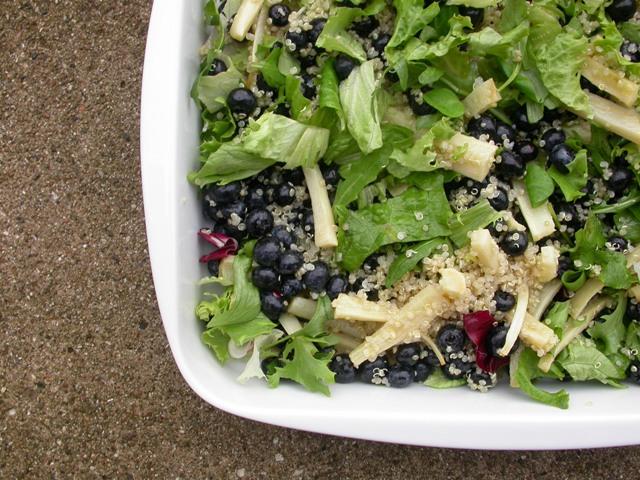 Quinoasalat med persillerødder og blåbær
