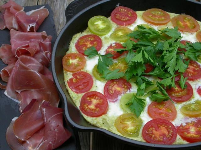 Omelet med tomater og hytteost