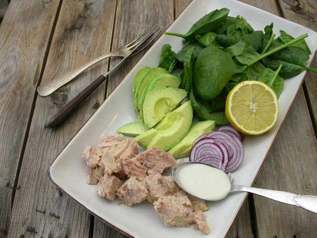 Salat med tun og tahindressing