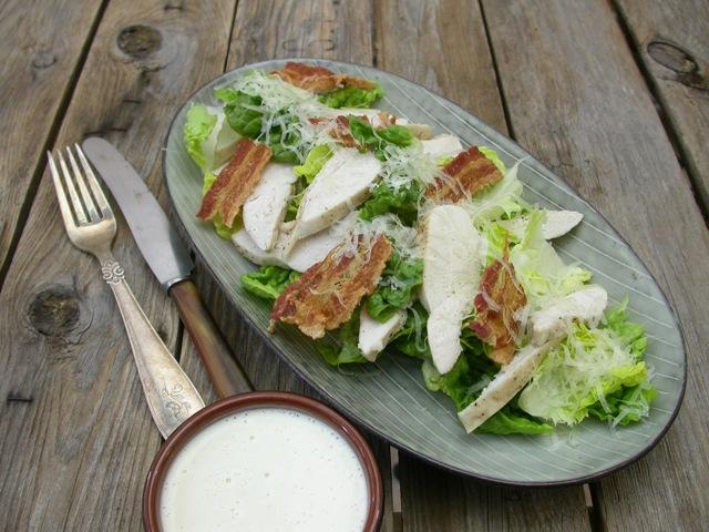 Nem cæsar salat med kylling og bacon