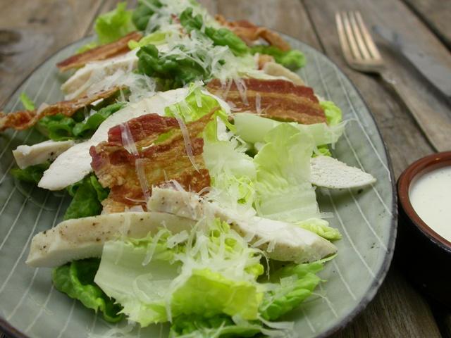 Cæsar salat med kylling og bacon