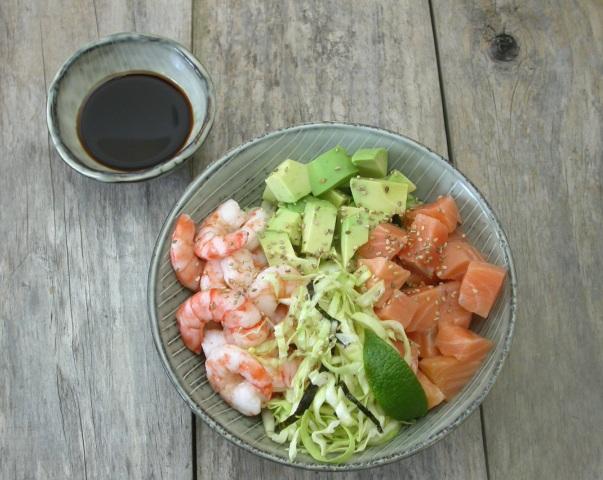 Salat med laks, kæmperejer og avokado