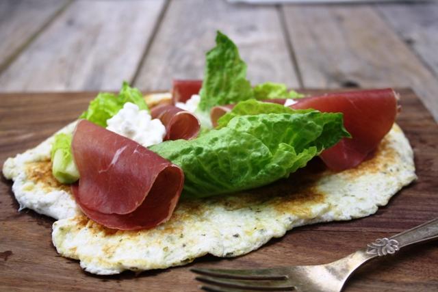 Æggehvide-wrap med Bresaola og salat