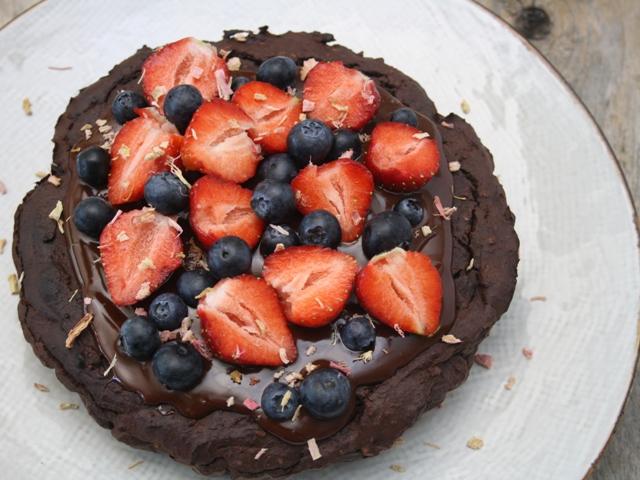 chokoladekage med friskebær (uden mel og tilsat sukker)