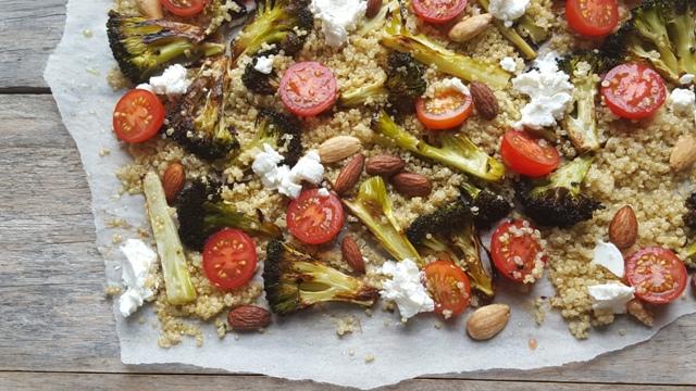 quinoa med stegt broccoli, tomater, gedeost og mandler