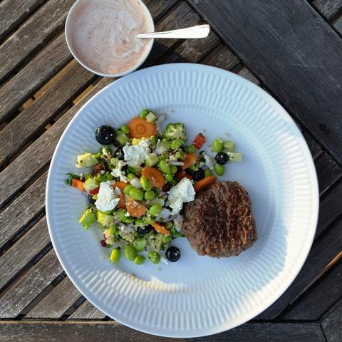 edamamesalat med quinoa, broccoli og blåbær