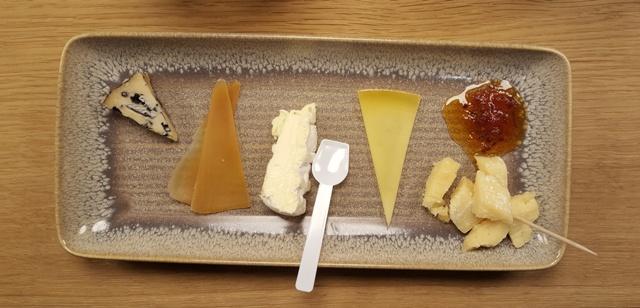 Fra højre mod venstre: Gammel knas (og tomatmarmelade), humle ost, hvid dame, kaffe ost og gin ost.
