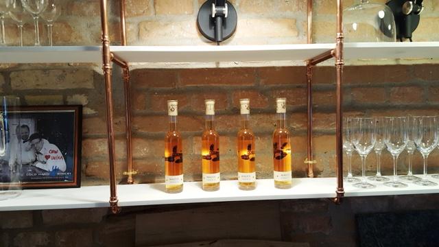 """Stemningsbillede fra """"baglokalet"""".Indholdet i flaskerne er æblevin - Malus Danica - lavet på forskellige danske sorter."""