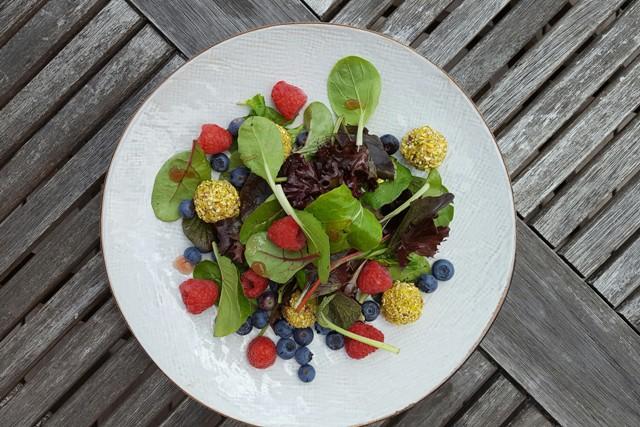 Salat med pistage/gedeost-kugler