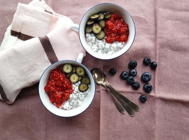 Chiagrød med hytteost og bær