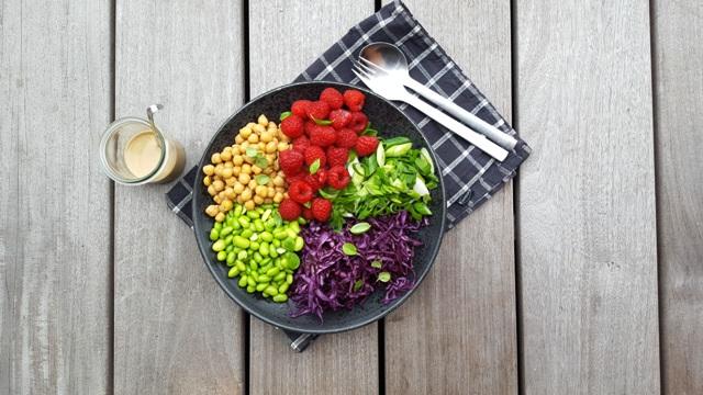 Salat med kikærter, edamame bønner og hindbær